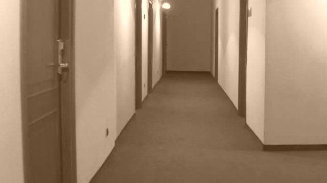 Ai domiciliari in un residence costringe la compagna a prostituirsi