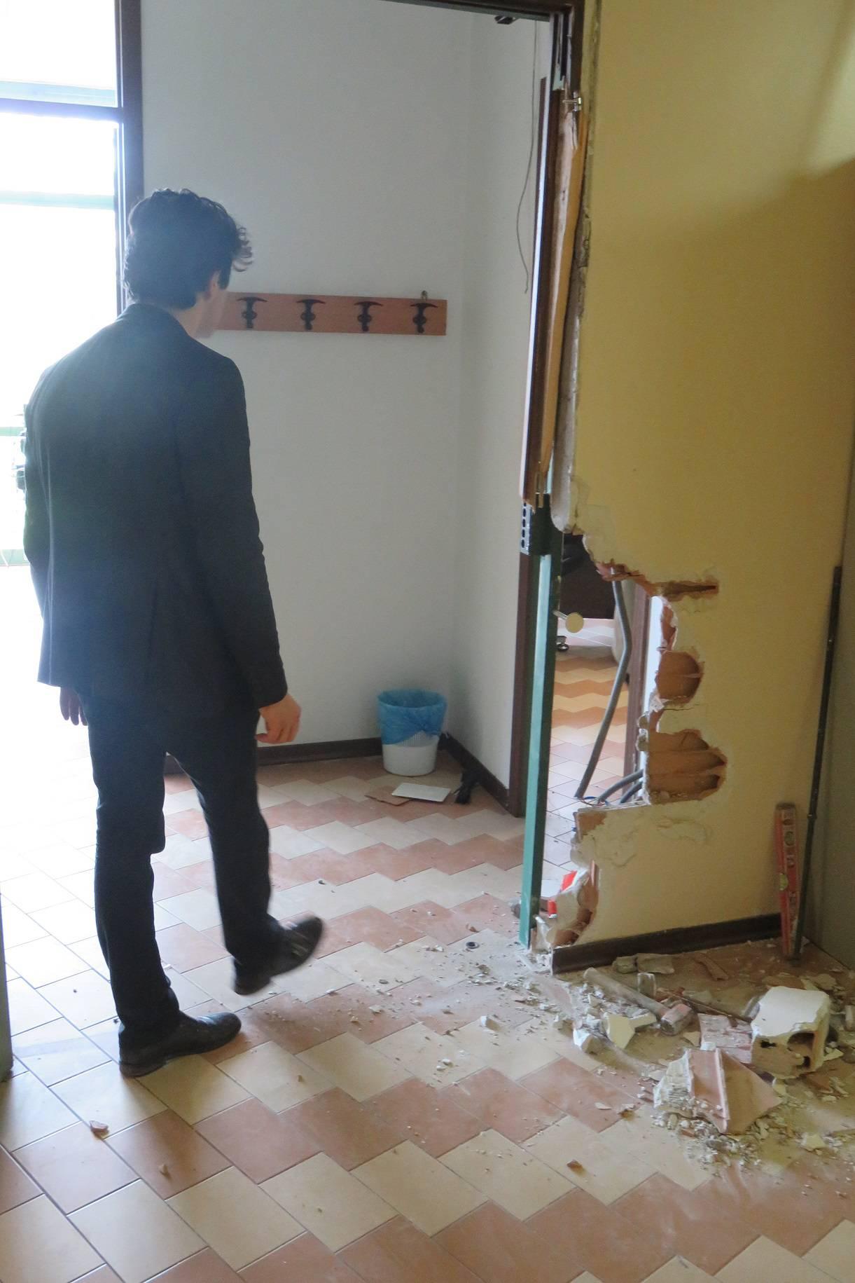 Furti e vandalismo alle medie Di Duccio a Miramare