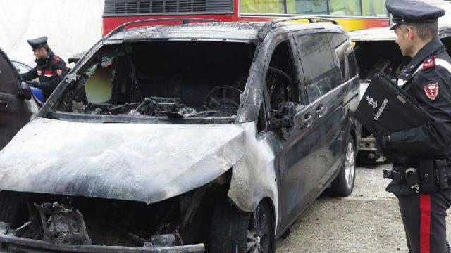 Incendio doloso distrugge tre pullmini in via della Rondine