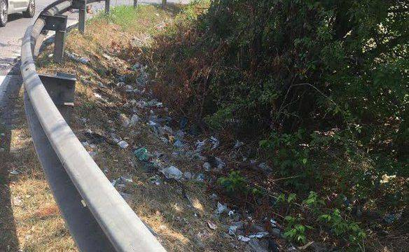 Rifiuti lungo la Superstrada, la pulizia si compie