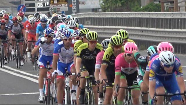Il passaggio del Giro a Rimini. Cinque fuggitivi poi il plotone