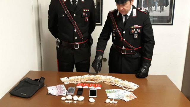 Vede i Carabinieri e nasconde la droga tra i fiori. Arrestato 31enne