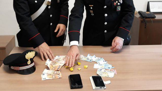 Scoperto dai Carabinieri cerca di ingoiare la droga, arrestato