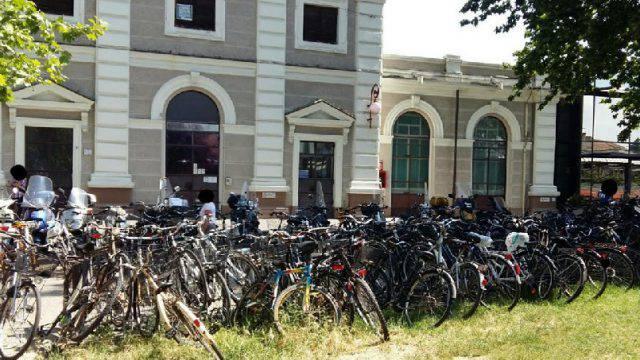 Parcheggio bici selvaggio davanti alla stazione. Mascioni: pessimo biglietto da visita