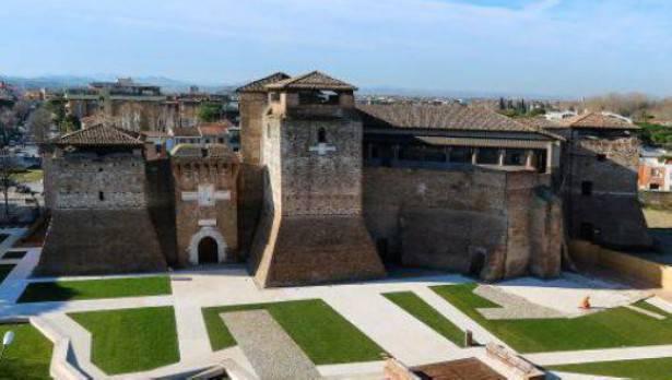 Piazza Malatesta: ritrovati reperti archeologici lungo le mura rinascimentali