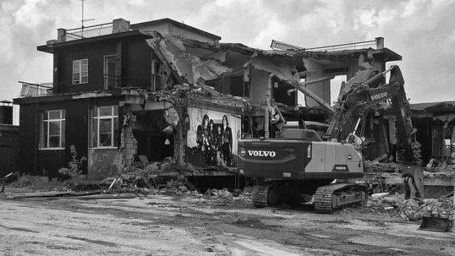 """""""Non è per sempre"""". Una foto e gli Afterhours per la demolizione del Velvet"""