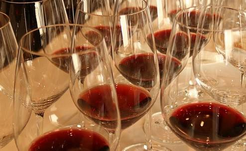 Compleanno col vino da 700 euro. Confcommercio avverte ristoratori: è una truffa
