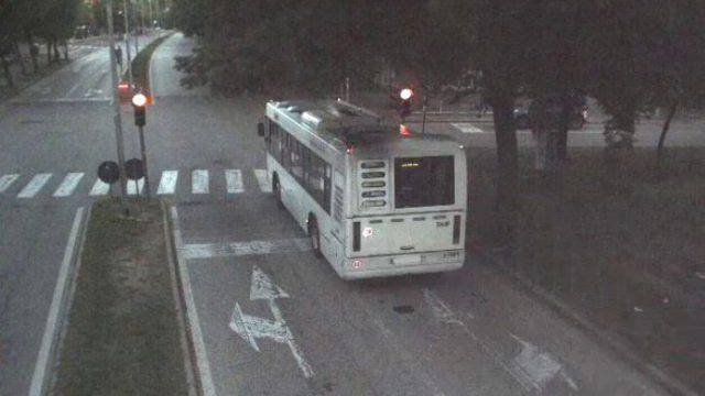 Passaggi col rosso: anche un bus immortalato dalle telecamere