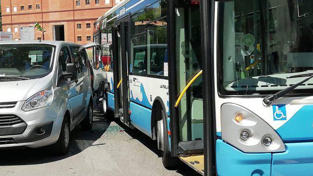 Autobus urta furgone. Disagi al traffico in piazza Malatesta