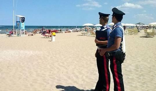 Ruba un portafoglio da un tavolino in spiaggia, arrestato