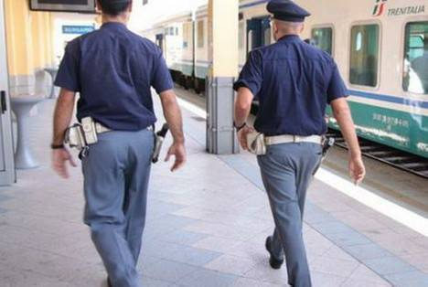 Intemperanze al bar poi calci e pugni agli agenti. Arrestato a fatica