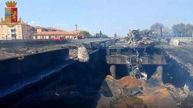 Tir esplode sul raccordo: chiusa l'A 14. Due morti e oltre 60 feriti