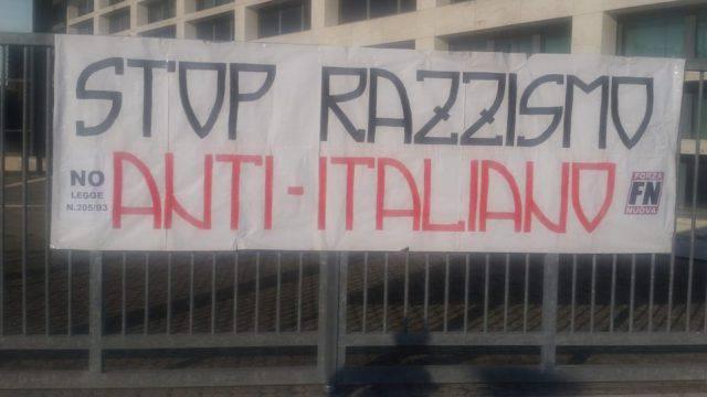 Striscione di FN fuori dal Tribunale, Carabinieri si attivano