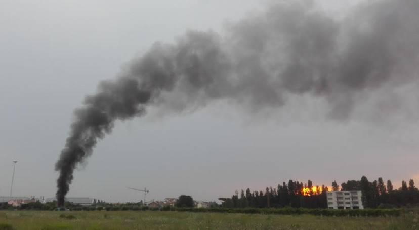 Alta colonna di fumo a Viserba: era un incendio