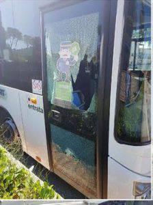 Litiga con l'autista del bus e sfascia la porta con un pugno