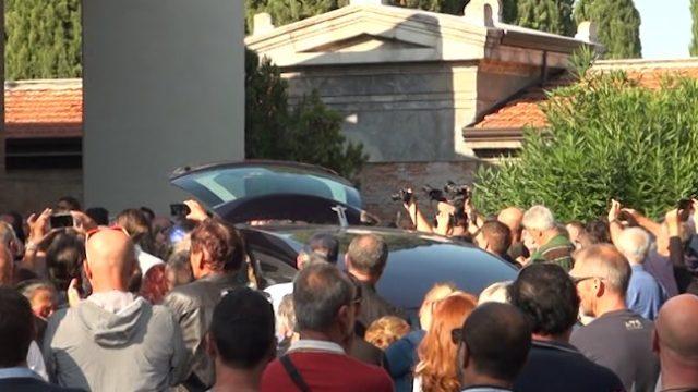 Al cimitero l'ultimo saluto di Rimini a Zanza
