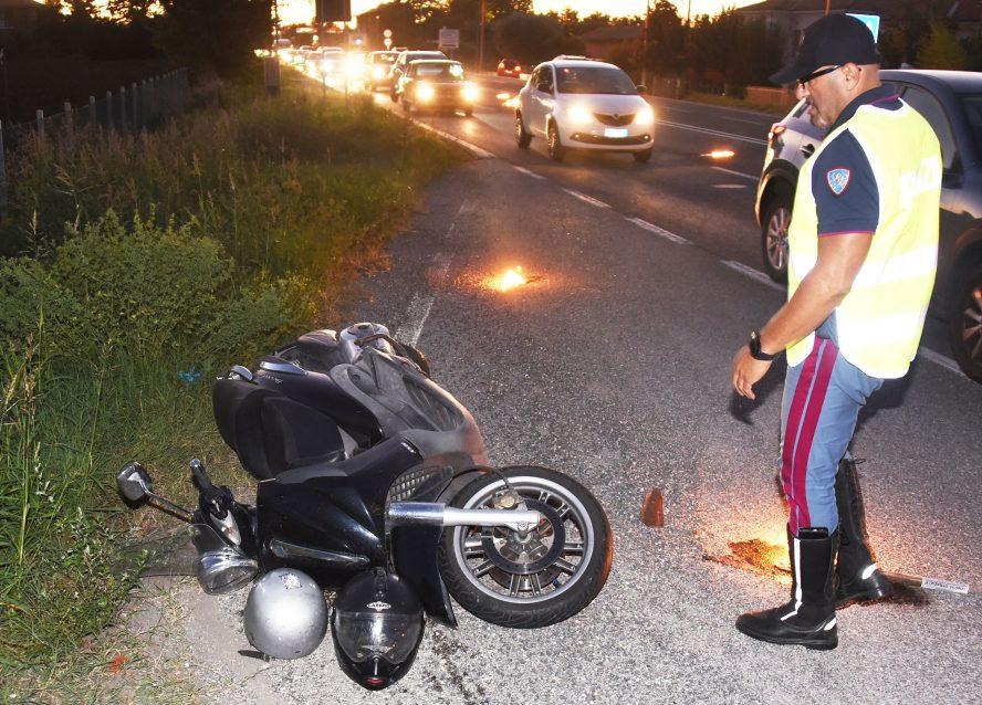 Scooter contro auto in via Emilia, due feriti