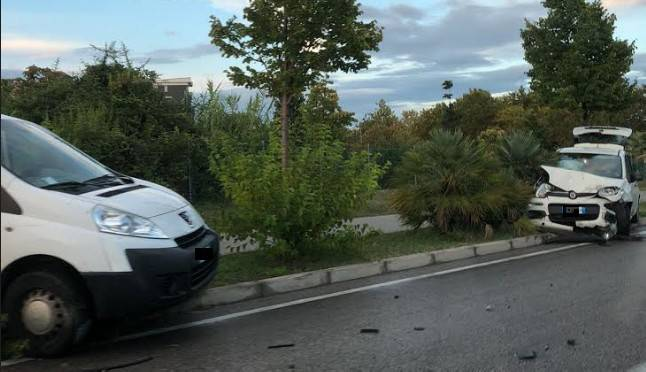 Due auto si urtano e finiscono fuori strada in via Losanna