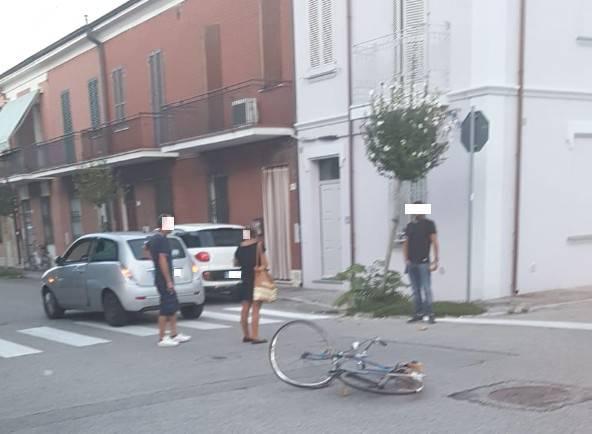 Scontro tra bici e auto in via Crispi a Rimini