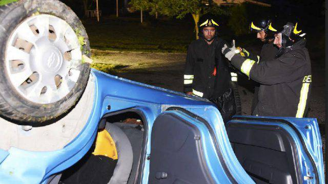 Auto si capotta nella notte. 27enne al Bufalini