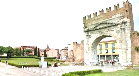 Staccano pezzi dell'Arco d'Augusto come souvenir. Denunciati