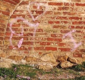 Scritte sull'arco d'Augusto, il Comune denuncia