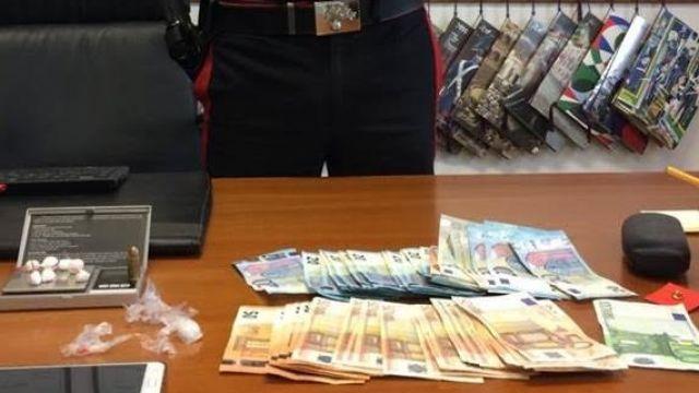 Cocaina, soldi e un proiettile in casa. Arrestato 35enne