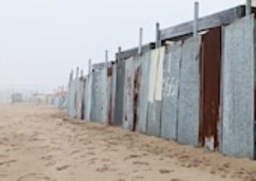 Stop a barriere e recinzioni sulle spiagge in inverno
