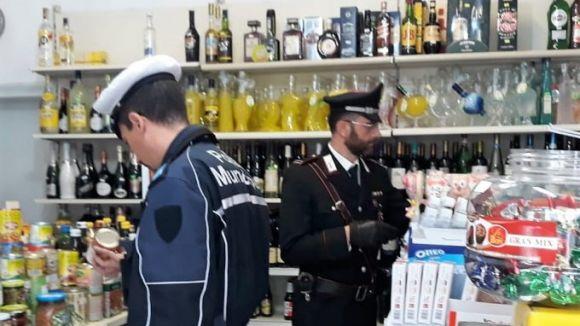 Alcol venduto fuori dagli orari consentit e a minori: esercizio chiuso per un mese su controlli di Carabinieri e Municipale.