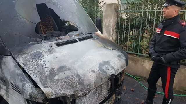 Incendi fotocopia nella notte, distrutti due furgoni