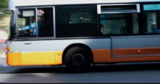 Fumo sul bus, evacuato il mezzo