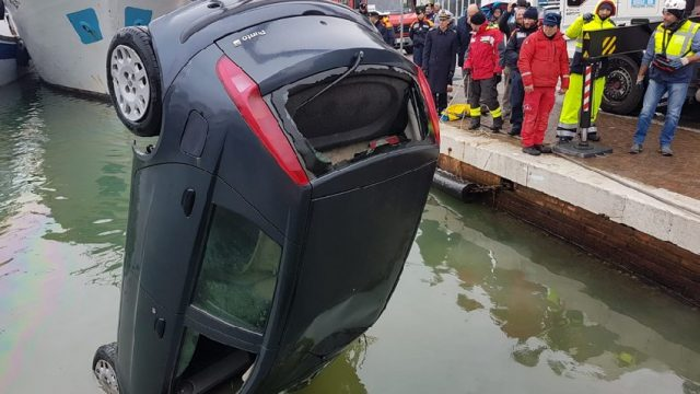 Nelle acque del porto un'auto con il corpo di una donna