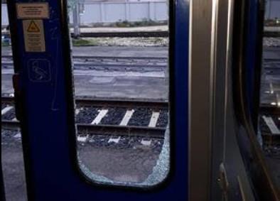Vandali contro i treni dei pendolari