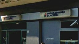 Armato di taglierino rapina banca in centro