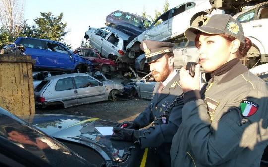 Discariche di auto e rifiuti: sequestri e denunce