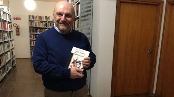 Mauro Mazzoni con il romanzo (foto areacentese.com)