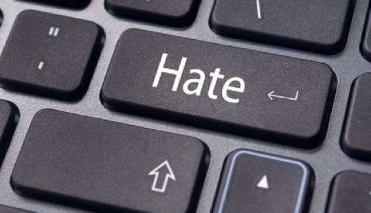 Gli haters in tempo reale. Il vicesindaco Lisi denuncia