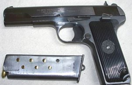 Minaccia la convivente con la pistola, arrestato