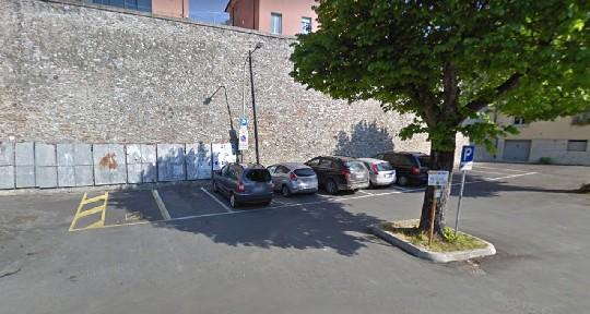 Crolla parte delle mura antiche a Montescudo, piazzale chiuso