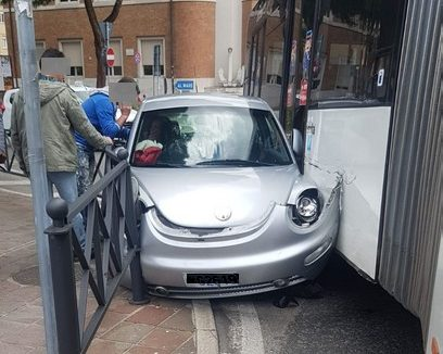 Auto schiacciata tra bus e ringhiera alla rotatoria