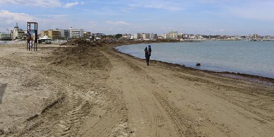 Pulizia a pieno regime sulle spiagge. Sabato nuova allerta