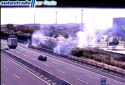 Sterpaglie a fuoco a fianco dell'A14