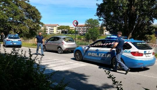 Fugge all'alt della Polizia, inseguimento con spari alle Celle