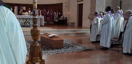 Una cerimonia sentita e partecipata, anche da tanti sacerdoti, quella di oggi pomeriggio in Basilica Cattedrale a Rimini per il funerale di don Mauro Evangelisti