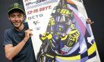Valentino Rossi con il poster